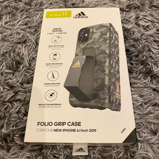 アディダス(adidas)のADIDAS IPHONE11 緑カモフラジュ フォリオグリープケス (iPhoneケース)
