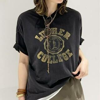 アパルトモンドゥーズィエムクラス(L'Appartement DEUXIEME CLASSE)の新品タグ付【R JUBILEE】 別注 LUTHER COLLEGE Tシャツ(Tシャツ(半袖/袖なし))