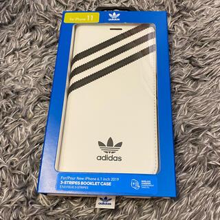 アディダス(adidas)のADIDAS IPHONE 11 3-STRIPES 黒白 フォリオケス(iPhoneケース)