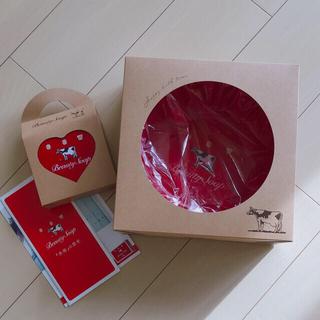 カウブランド(COW)のcowブランド 牛乳石鹸 風呂桶 & ハート缶 2点セット 赤箱(ボディソープ/石鹸)