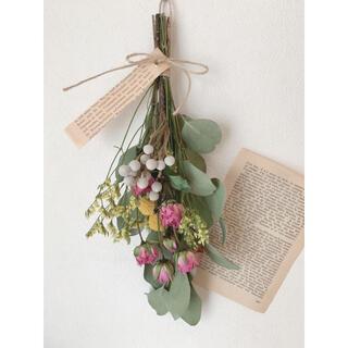 ドライフラワー ポポラスにピンクのスプレーバラと黄色の花材のカラフルスワッグ(ドライフラワー)