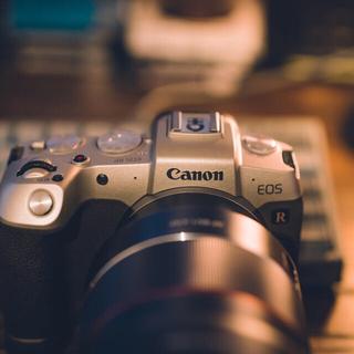 キヤノン(Canon)の【使用回数数回!】EOS RP ゴールド エクステンショングリップ付き(ミラーレス一眼)