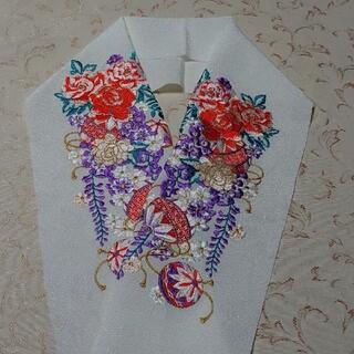 新品  洗える  ポリエステル  半襟  豪華刺繍 白地に花文様(和装小物)