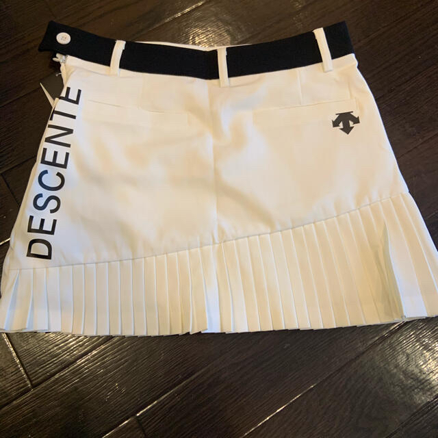DESCENTE(デサント)のデサント プリーツスカート ホワイトS、L スポーツ/アウトドアのゴルフ(ウエア)の商品写真