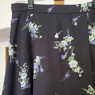 ジュエルチェンジズ(Jewel Changes)の花柄 フレアスカート(ひざ丈スカート)