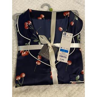 ジーユー(GU)の新品 GU 大人色気上品 サテンパジャマワンピース さくらんぼ 長袖 紺色 M(パジャマ)
