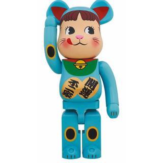 メディコムトイ(MEDICOM TOY)のBE@RBRICK 招き猫ペコちゃん 青蓄光1000% MEDICO(その他)