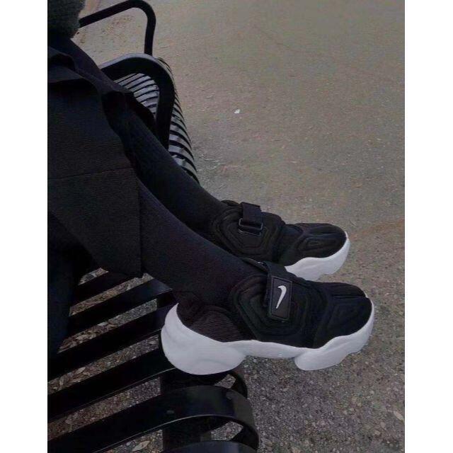 NIKE ナイキ AQUA RIFT アクアリフト 25.5 黒 ブラック レディースの靴/シューズ(スニーカー)の商品写真