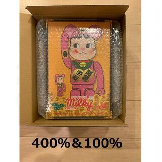 メディコムトイ(MEDICOM TOY)のBE@RBRICK 招き猫 ペコちゃん 蛍光ピンク 100% & 400%(その他)