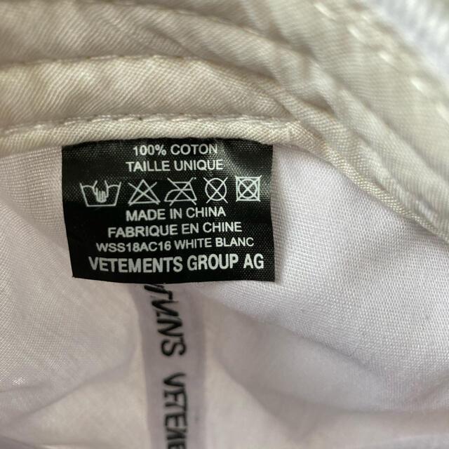 VETEMENTS cap white メンズの帽子(キャップ)の商品写真
