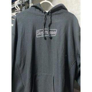 シュプリーム(Supreme)のSupreme KAWS Chalk Logo パーカー ブラック Lサイズ(パーカー)