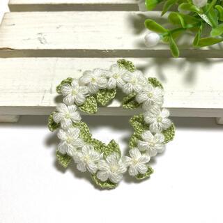 白いお花のリースブローチ(コサージュ/ブローチ)