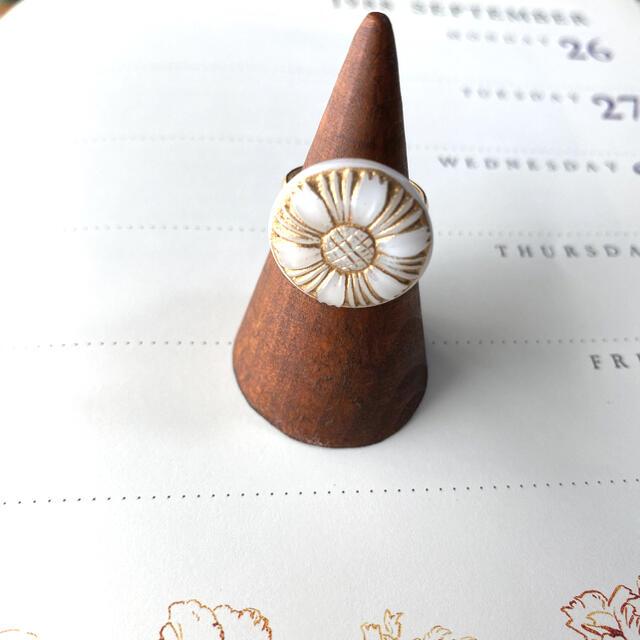 Ameri VINTAGE(アメリヴィンテージ)のコスモス チェコガラスボタンのリング ハンドメイドのアクセサリー(リング)の商品写真