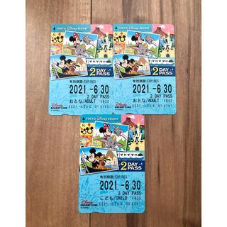 ディズニー(Disney)の【未使用】ディズニー リゾート ライン 2DAYSパス(大人2枚&子ども1枚)(遊園地/テーマパーク)