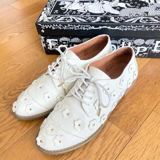 エフトゥループ(F-TROUPE)のf-troupe 靴 ドレスシューズ 花モチーフ 37サイズ 白(ローファー/革靴)