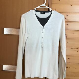 白色の薄いセーター