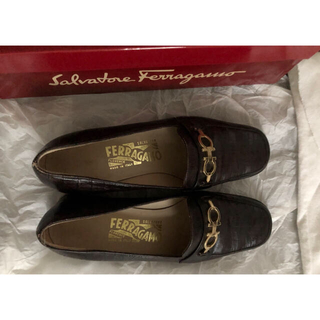 フェラガモ(Ferragamo)のフェラガモ ローファー 型押し 革靴 こげ茶 6(ローファー/革靴)