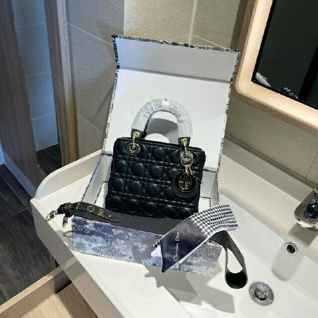 Christian Dior(クリスチャンディオール)の本物の写真Christian Dior レディディオール ハンドバッグA-423 コスメ/美容の香水(その他)の商品写真
