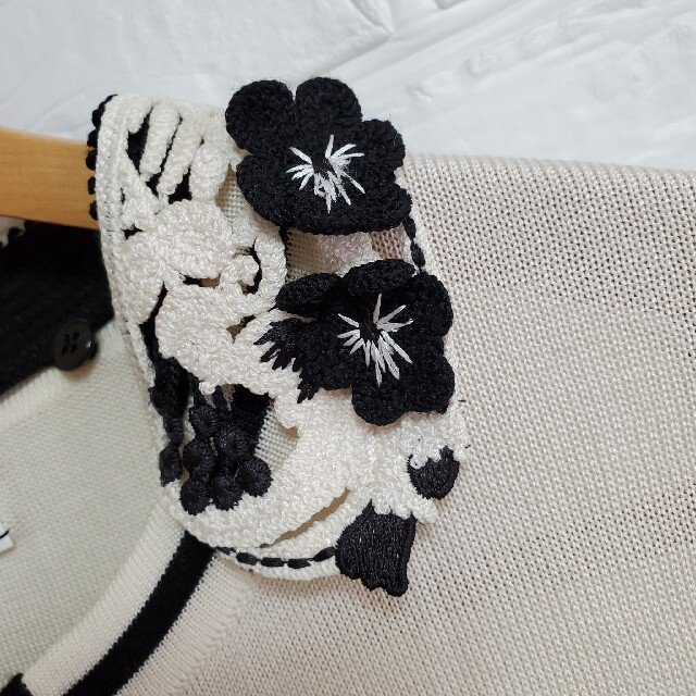 mame(マメ)のMame Kurogouchi マメ 比翼ボタン カーディガン 白 シルク レディースのトップス(カーディガン)の商品写真