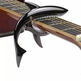 ギターカポタスト サメ形 ばね式 メタルブラック(アコースティックギター)