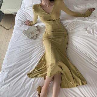 リリーブラウン(Lily Brown)のVデザインロング丈ワンピース(イエロー)(ロングワンピース/マキシワンピース)