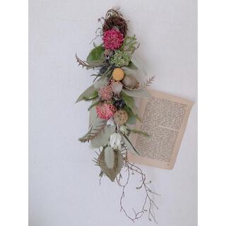 ドライフラワー ラナンキュラスとユーカリの実などいろいろ花材のスワッグ(ドライフラワー)