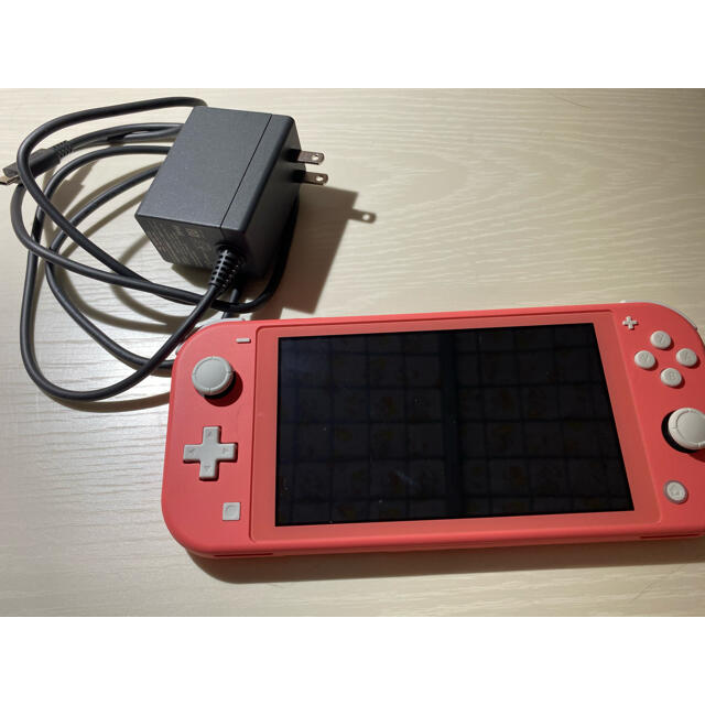 Nintendo Switch(ニンテンドースイッチ)のニンテンドースイッチ ライト コーラルピンク エンタメ/ホビーのゲームソフト/ゲーム機本体(携帯用ゲーム機本体)の商品写真