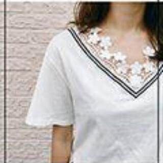 dholic - ディーホリック フラワーレースVネックTシャツ