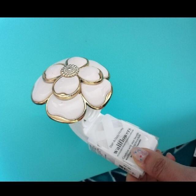 Bath & Body Works(バスアンドボディーワークス)のバスアンドボディワークス ディフューザー コンセント 花 白 コスメ/美容のコスメ/美容 その他(その他)の商品写真