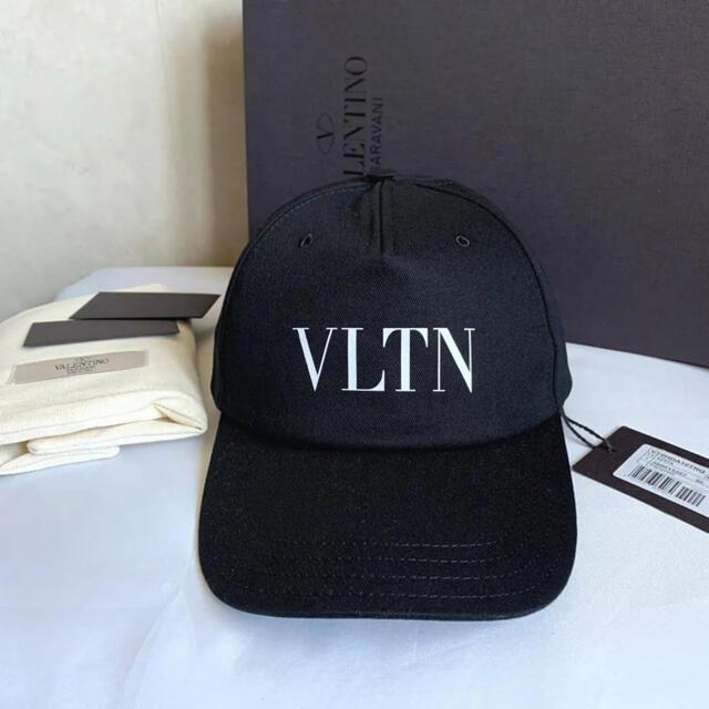 VALENTINO(ヴァレンティノ)の【新品未使用箱付き】ヴァレンティノ VLTN ベースボールキャップ 58 メンズの帽子(キャップ)の商品写真