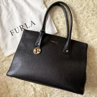 Furla - 【美品】フルラ リンダ  ハンドバッグ A4可 チャーム付き シボ革 ブラック