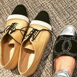 シャネル(CHANEL)のシャネル シューズ  ベージュ ブラック レザー パール 35サイズ(ローファー/革靴)