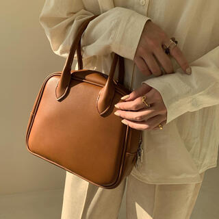 amiur square leather hand bag