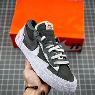 """ナイキ(NIKE)のsacai x Nike blazer low""""Dark Grey""""(スニーカー)"""