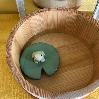 水に浮く🐸蓮の葉の上でくつろぐカエル 〜陶器製ガーデンオブジェ〜(置物)
