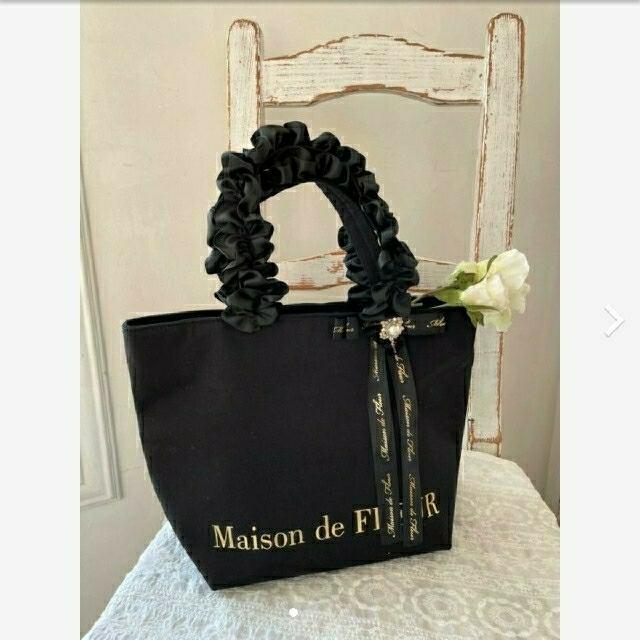 Maison de FLEUR(メゾンドフルール)のMaison de FLEUR パールビジューフリルハンドルトートバッグ レディースのバッグ(トートバッグ)の商品写真