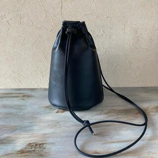 巾着 本革 スムースレザー ブラック ショルダーバッグ サコッシュ カーフ