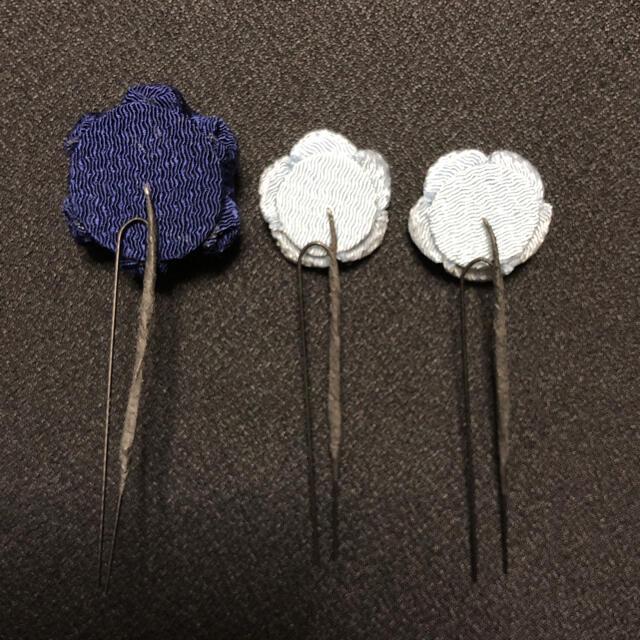 訳あり ハンドメイド つまみ細工 髪飾り 小ぶりな椿 3本セット 濃紺 ハンドメイドのアクセサリー(ヘアアクセサリー)の商品写真