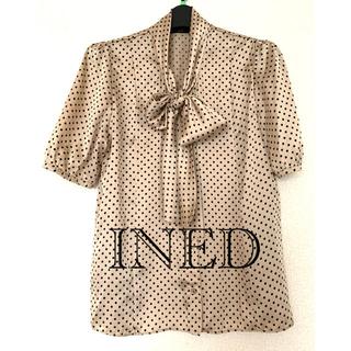 イネド(INED)の美品!INEDドット ボウタイブラウス(シャツ/ブラウス(半袖/袖なし))