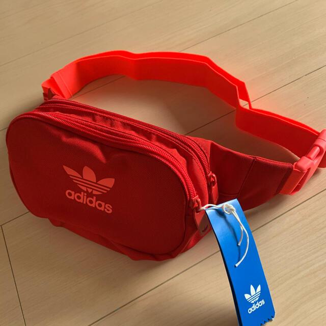 adidas(アディダス)の未使用 adidas アディダスオリジナルス バッグ スカーレット レディースのバッグ(ボディバッグ/ウエストポーチ)の商品写真