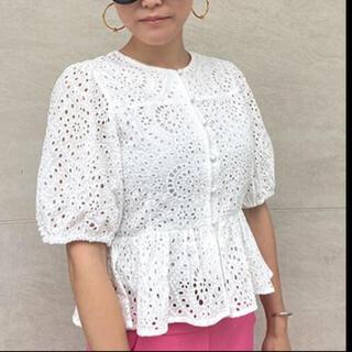 ザラ(ZARA)のJENNEペプラムレーストップス未使用美品Mサイズ(Tシャツ(半袖/袖なし))