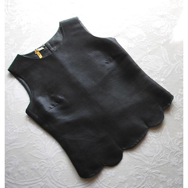 miumiu(ミュウミュウ)のmiumiu ♡ シルク 裾スカラップ ノースリーブ ブラウス ネイビー レディースのトップス(シャツ/ブラウス(半袖/袖なし))の商品写真