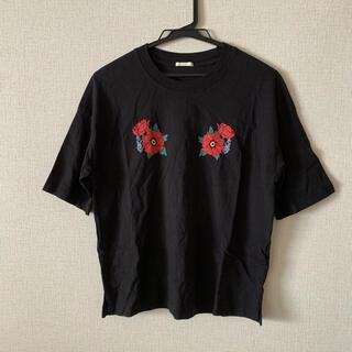 ジーユー(GU)のGU 花フラワー刺繍風 花柄 黒 オーバーサイズTシャツ トップス(Tシャツ(半袖/袖なし))