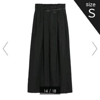 ジーユー(GU)の【新品】GU ベルト付きペーパーバッグナロースカート(ロングスカート)