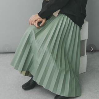 ケービーエフプラス(KBF+)のKBF+ フェイクレザープリーツスカート グリーン(ロングスカート)