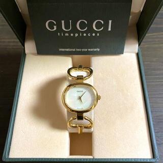 グッチ(Gucci)の【大特価‼︎】グッチ バングル腕時計 1600 ホワイト×ゴールド 夏 旅行🎀(腕時計)