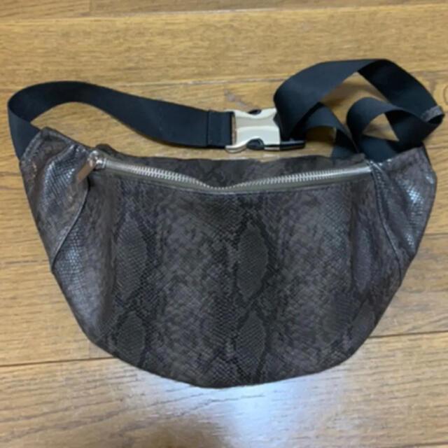 AZUL by moussy(アズールバイマウジー)のROUND WAIST BAG/ラウンドウエストバッグ レディースのバッグ(ボディバッグ/ウエストポーチ)の商品写真
