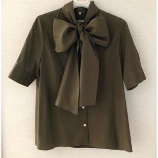 アクアガール(aquagirl)のaquagirl 2WAY リボンタイ 半袖バックギャザーブラウス カーキ 38(シャツ/ブラウス(半袖/袖なし))