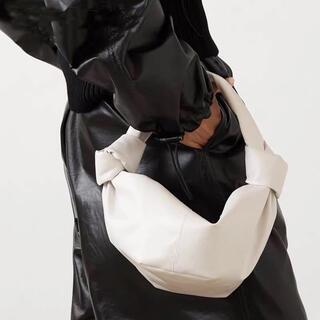 ザラ(ZARA)の本革 ダブルノットハンドルバッグ ホワイト(ハンドバッグ)