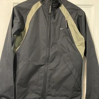 ナイキ(NIKE)のNIKEのロゴ入りジャケット(ナイロンジャケット)